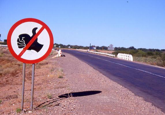 Guvernul interzice autostopul. Doar prostia umblă liberă