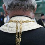 Un preot ortodox bezmetic oprește o înmormântare adventistă
